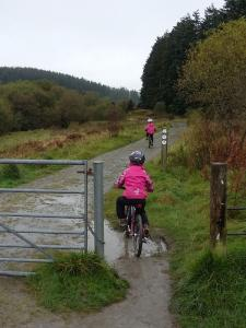 Anna and Elisabeth starting the Alwen Reservoir cycle trail.