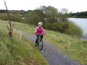 Elisabeth on the singletrack by the Alwen Reservoir.