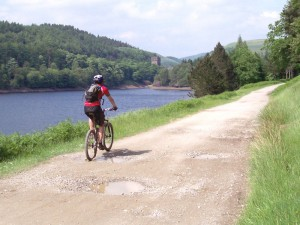 Col (flattyres) by the Derwent Reservoir heading towards the Howden Dam.