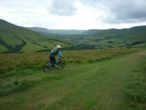 Anne flying down the Woolner Knoll descent above Edale Valley.