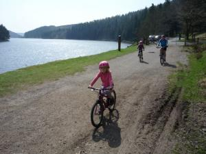 Anna, Elisabeth and Grandad starting the off road by Howden Reservoir.